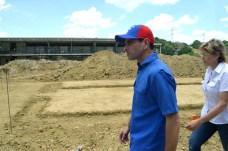 Supervisando la construcción de la Escuela  Jardines de Betania